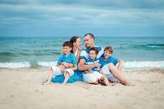Familia joven con tres niños el vacaciones Fotos de archivo