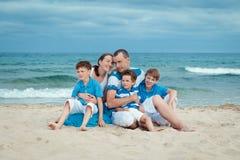 Familia joven con tres niños el vacaciones Fotografía de archivo libre de regalías