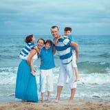 Familia joven con tres niños el vacaciones Fotos de archivo libres de regalías