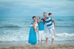 Familia joven con tres niños el vacaciones Imágenes de archivo libres de regalías