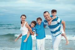 Familia joven con tres niños el vacaciones Imagen de archivo libre de regalías