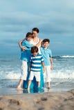 Familia joven con tres niños el vacaciones Foto de archivo libre de regalías