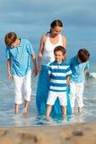 Familia joven con tres niños el vacaciones Imagen de archivo