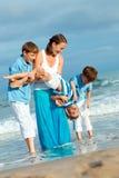 Familia joven con tres niños el vacaciones Fotografía de archivo