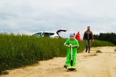 Familia joven con un niño que camina en el campo Fotos de archivo