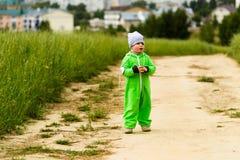 Familia joven con un niño que camina en el campo Imagen de archivo