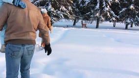 Familia joven con un niño que camina a lo largo de una trayectoria almacen de metraje de vídeo