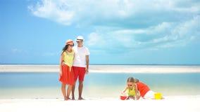 Familia joven el vacaciones de la playa almacen de video