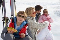 Familia joven el vacaciones del esquí Fotografía de archivo libre de regalías