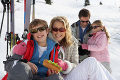 Familia joven el vacaciones del esquí Fotografía de archivo