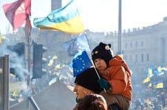 Familia joven en el Euromaidan en Kiev Imagen de archivo libre de regalías
