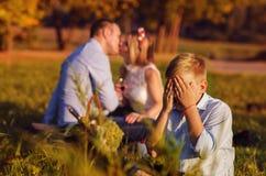 Familia joven en el parque al aire libre Imagen de archivo libre de regalías