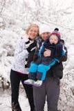 Familia joven en invierno Imagenes de archivo