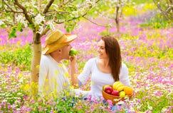 Familia joven en jardín de la primavera fotografía de archivo libre de regalías