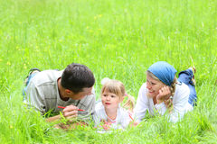 Familia joven en la naturaleza Foto de archivo libre de regalías