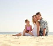 Familia joven en la playa imagen de archivo libre de regalías