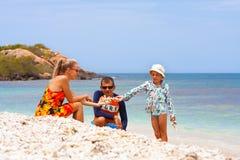Familia joven en la playa Imagen de archivo