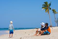 Familia joven en la playa Foto de archivo libre de regalías