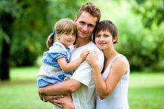 Familia joven en parque Fotografía de archivo