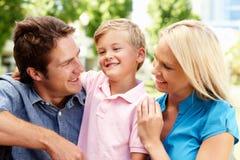 Familia joven en parque de la ciudad Fotografía de archivo libre de regalías