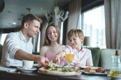 Familia joven en un restaurante Fotos de archivo libres de regalías