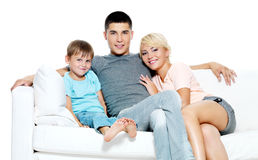 Familia joven feliz con el cabrito Imagen de archivo libre de regalías