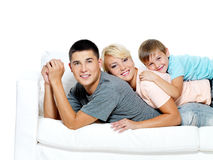 Familia joven feliz con el cabrito Imagenes de archivo