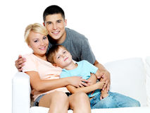 Familia joven feliz con el cabrito Fotografía de archivo libre de regalías