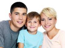 Familia joven feliz con el hijo de 6 años Foto de archivo