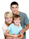 Familia joven feliz con el hijo de 6 años Fotos de archivo libres de regalías
