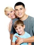 Familia joven feliz con el hijo de 6 años Foto de archivo libre de regalías