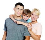 Familia joven feliz con el hijo de 6 años Imagen de archivo libre de regalías