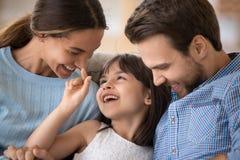 Familia joven feliz con el ni?o relajarse divirti?ndose en casa fotografía de archivo libre de regalías