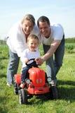 Familia joven feliz con el pequeño niño Imagenes de archivo