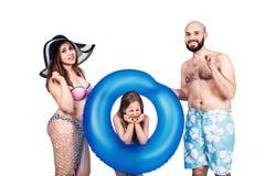 Familia joven feliz con en las vacaciones del mar del verano foto de archivo libre de regalías