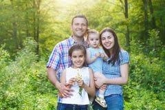 Familia joven feliz con los niños fotografía de archivo