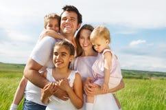 Familia joven feliz con tres niños Foto de archivo libre de regalías