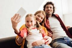 Familia joven feliz con un niño fotografía de archivo