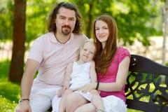 Familia joven feliz de tres fotos de archivo