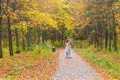 Familia joven feliz que camina abajo del camino afuera en naturaleza verde Fotografía de archivo
