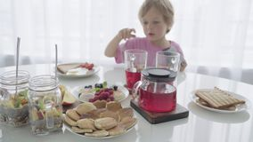 Familia joven feliz que desayuna en la cocina Comida nutritiva almacen de video