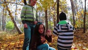 Familia joven feliz que goza de Autumn Time In The almacen de video
