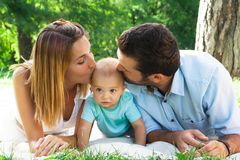 Familia joven feliz que pasa el tiempo al aire libre en un daycouple del verano foto de archivo libre de regalías
