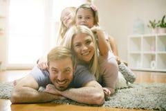 Familia joven feliz Retrato de la familia imagenes de archivo