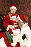 Familia joven hermosa con el pequeño bebé lindo en la Navidad Imagen de archivo libre de regalías