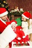 Familia joven hermosa con el pequeño bebé lindo en la Navidad Foto de archivo libre de regalías