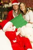 Familia joven hermosa con el pequeño bebé lindo en la Navidad Imágenes de archivo libres de regalías