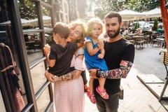 Familia joven hermosa con helado Fotos de archivo