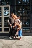 Familia joven hermosa con helado Foto de archivo libre de regalías