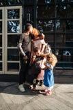 Familia joven hermosa con helado Fotografía de archivo